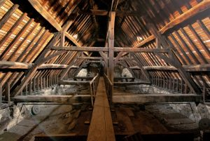 In the attic, the carpentry is added on with iron beams to sustain the walls, photo Jean-François Fortchantre