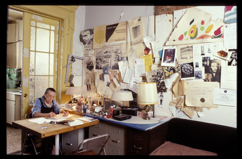 Louise a sa table de travail 20 th Street, 2000,©-Jean-François-Jaussaud When her husband died, she cut her desk in half