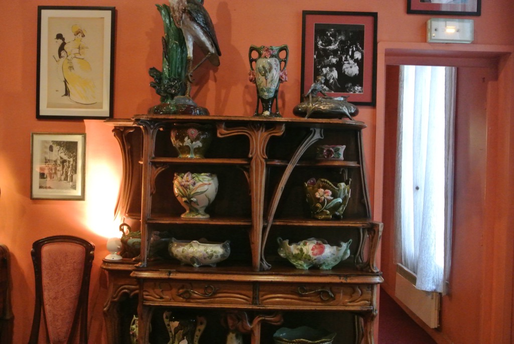 Arts and craft furniture and barbotines