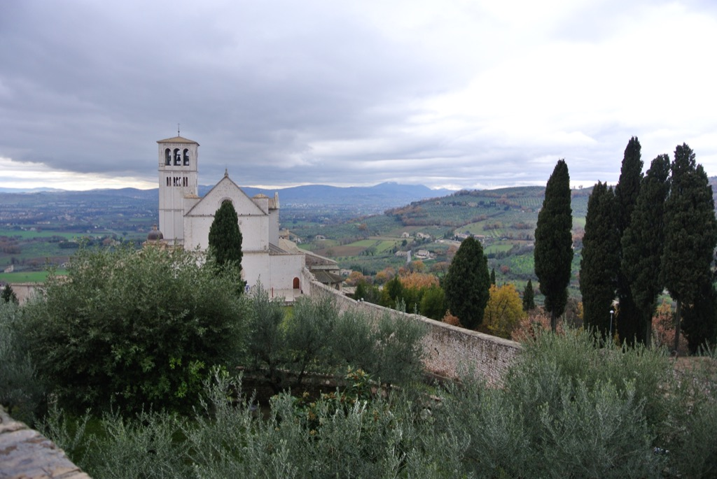 Assisi, the stunning basilica with its frescoes and its fervor is half an hour away