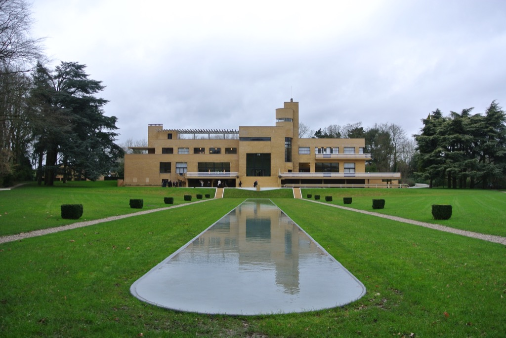 Even in grey skies, Villa Cavrois looks like a sunny ship! Mallet Stevens understood everything about light.