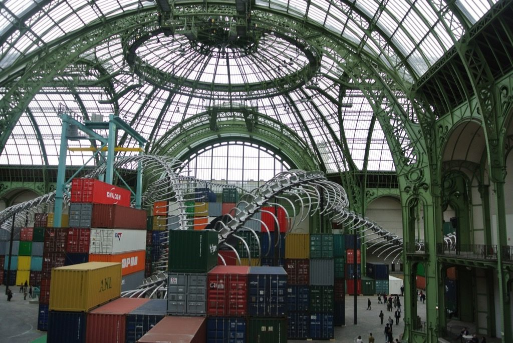 Under the glass dome of Grand Palais, the long skeleton flows over 305 containers