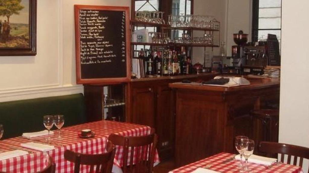 Salle-bar-et-ardoise-du-restaurant-La-Ferronnerie