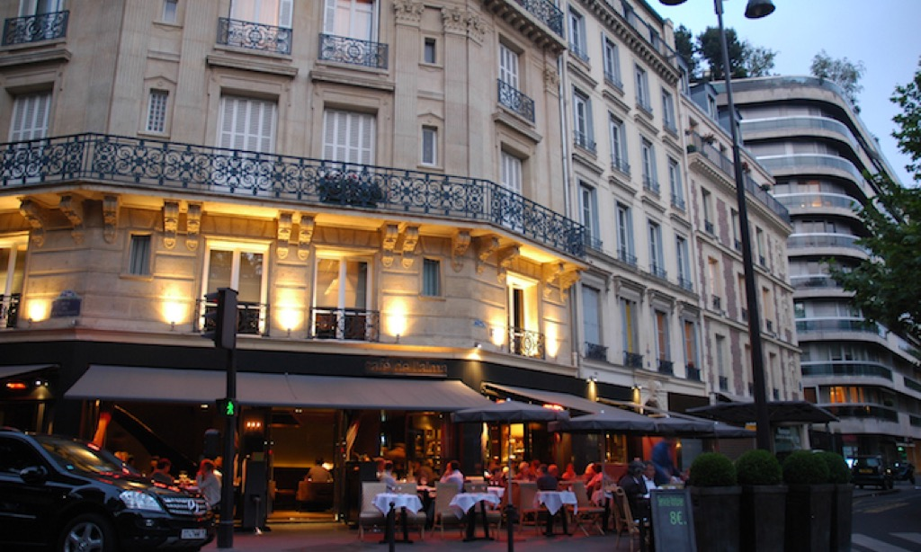 On avenue Rapp, the Café de l'Alma is near the Eiffel Tower