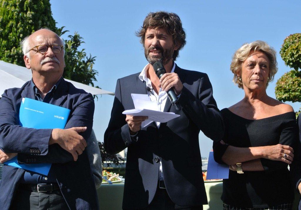 Christophe Ono-di-biot announces the winner with Anne de la Baume, who runs the Fondaiton Bleustein Blanchet and Academician Erik Orsenna, member of the jury