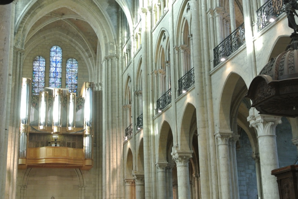 The Noyon cathedral is pure 12 th century Gothic