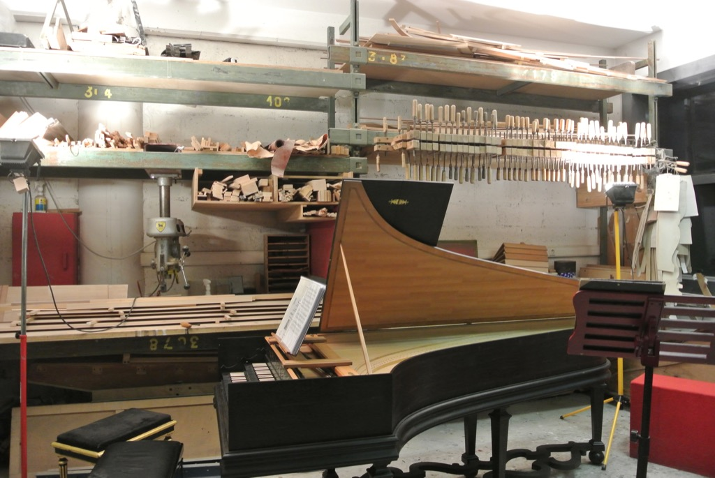 The decor is made of wooden tools and different pianofortes