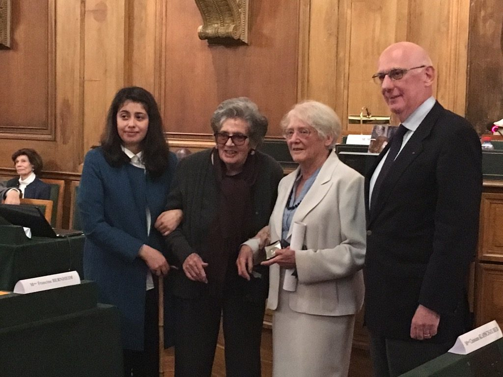 Cynthia Bernheim, his daughter, Francine Bernheim his mother and Michel Zinc around the laureate